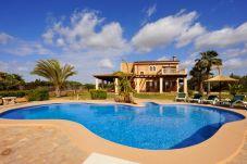 Villa con piscina en la zona de S`Horta