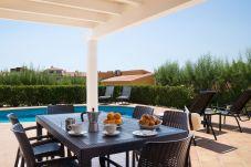Villa con piscina en Torre Solí Nou